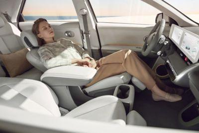 Paní odpočívá v relaxačním sedadle modelu IONIQ 5.