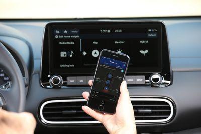 Podłączenie telefonu do systemu multimediów samochodu, aby korzystać z telefonu za pomocą ekranu w samochodzie.