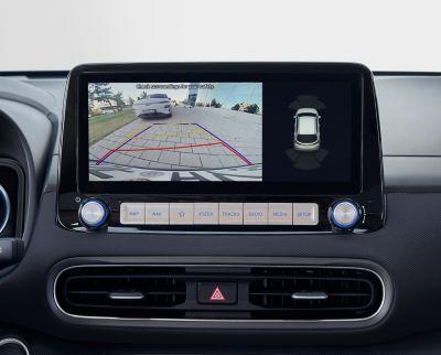 La retrocamera in Nuova Hyundai Kona Electric per un parcheggio facile e sicuro.