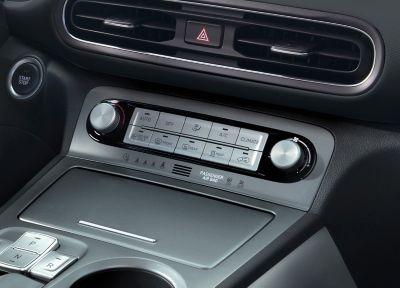 I comandi di controllo automatico del clima nella console centrale di Nuova Hyundai Kona Electric.