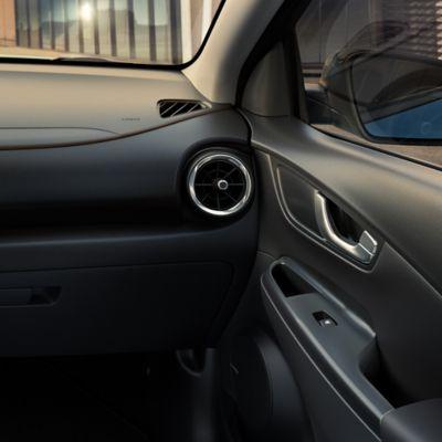 L'interno di Nuova Hyundai Kona Electric in nero tinta unita.