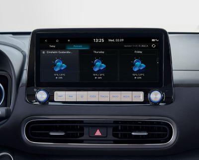 """Immagine dello schermo del sistema di navigazione da 10,25"""" di Nuova Hyundai Kona Electric che mostra servizi meteo in tempo reale."""