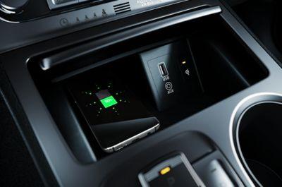 Vista en detalle de la carga inalámbrica en el Hyundai KONA Híbrido eléctrico.