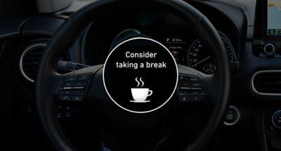 Imagen del sistema DAW del nuevo Hyundai KONA Híbrido eléctrico sugiriendo un descanso.
