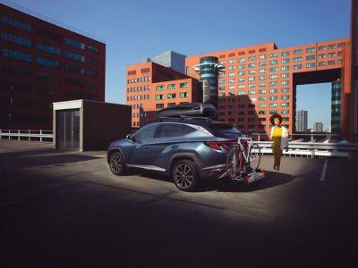 Hyundai Tucson s držákem na kolo ve městě