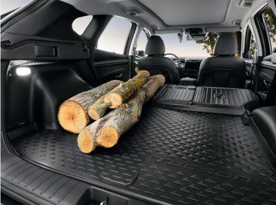 Dřevo v kufru s s rozšířenou ochranou zavazadlového prostoru.