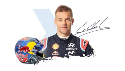 Kierowca Hyundai Motorsport Sébastien Loeb wraz z podpisem