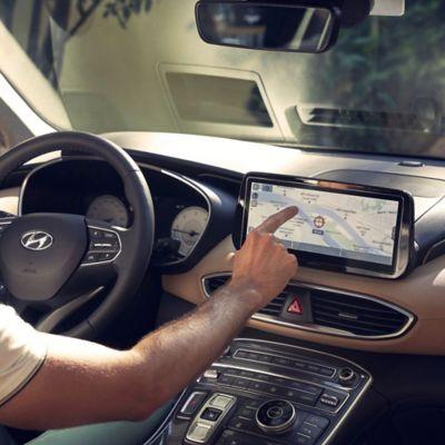 Řidič hledající nejbližšího dealera na obrazovce navigace