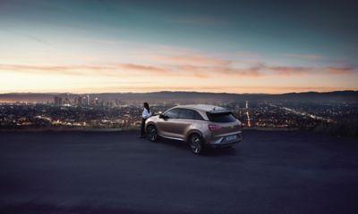 Hyundai Nexo, zaparkowany na tle miejskiej panoramy.