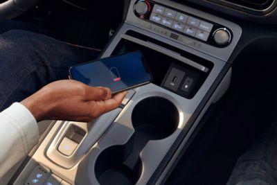 La comoda posizione del vano di ricarica wireless sulla console centrale di Nuova Hyundai Kona Electric.