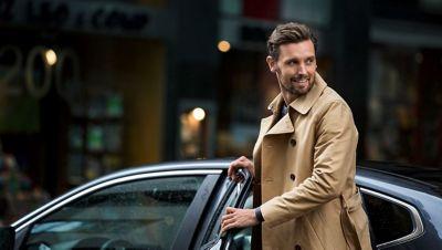 muž nastupující do auta