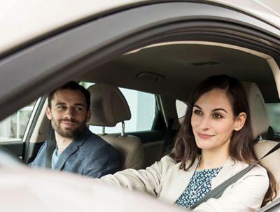 spokojený muž a žena jedoucí v autě