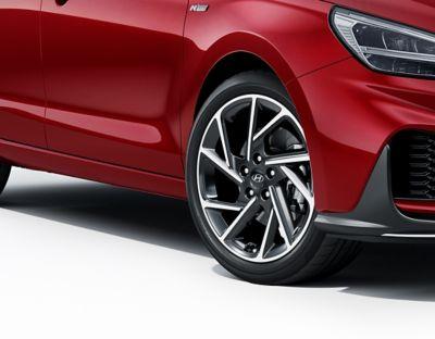 Zbliżenie na felgi aluminiowe w nowym Hyundaiu i30 Fastback N Line