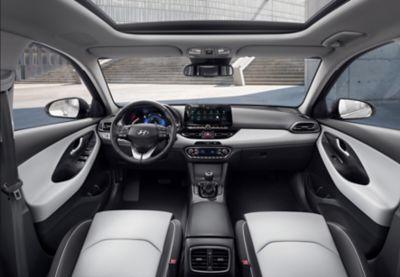 Wnętrze nowego Hyundaia i30 Fastback, widok z przodu