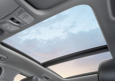 Vista del cielo a través del techo solar del i30 cw.