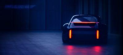 Zdjęcie nowego samochodu koncepcyjnego EV - zapalone światła hamowania.