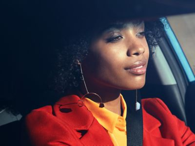 Immagine di una ragazza che guida KONA Hybrid