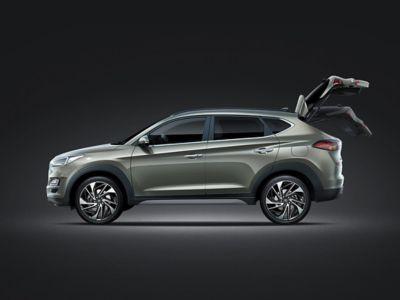 Photo showing the tailgate of the new Hyundai Tucson opening up.
