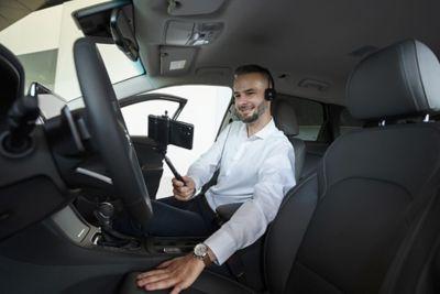 muž provádějící videochat