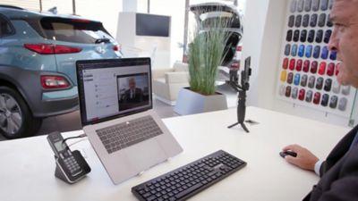 Doradca handlowy marki Hyundai podczas video chatu z klientem za pośrednictwem laptopa.