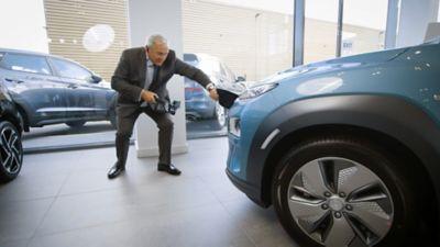 Hyundai selger viser kunden bilen gjennom Online Showroom løsningen. Foto.