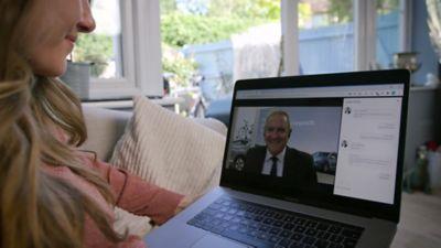 Klient rozmawiający z Doradcą handlowym Hyundai za pośrednictwem wideoczatu na swoim laptopie.