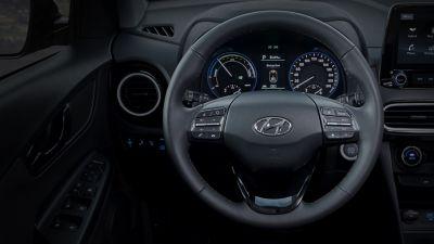Dettaglio del volante riscaldato di Hyundai KONA Hybrid.