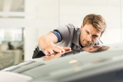 The Hyundai Service Expert checks the quality of the repair.