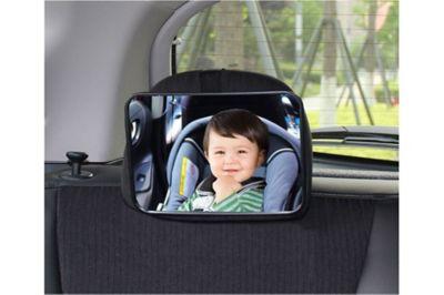 Dítě v odrazu zpětného zrcadla na sedadle.