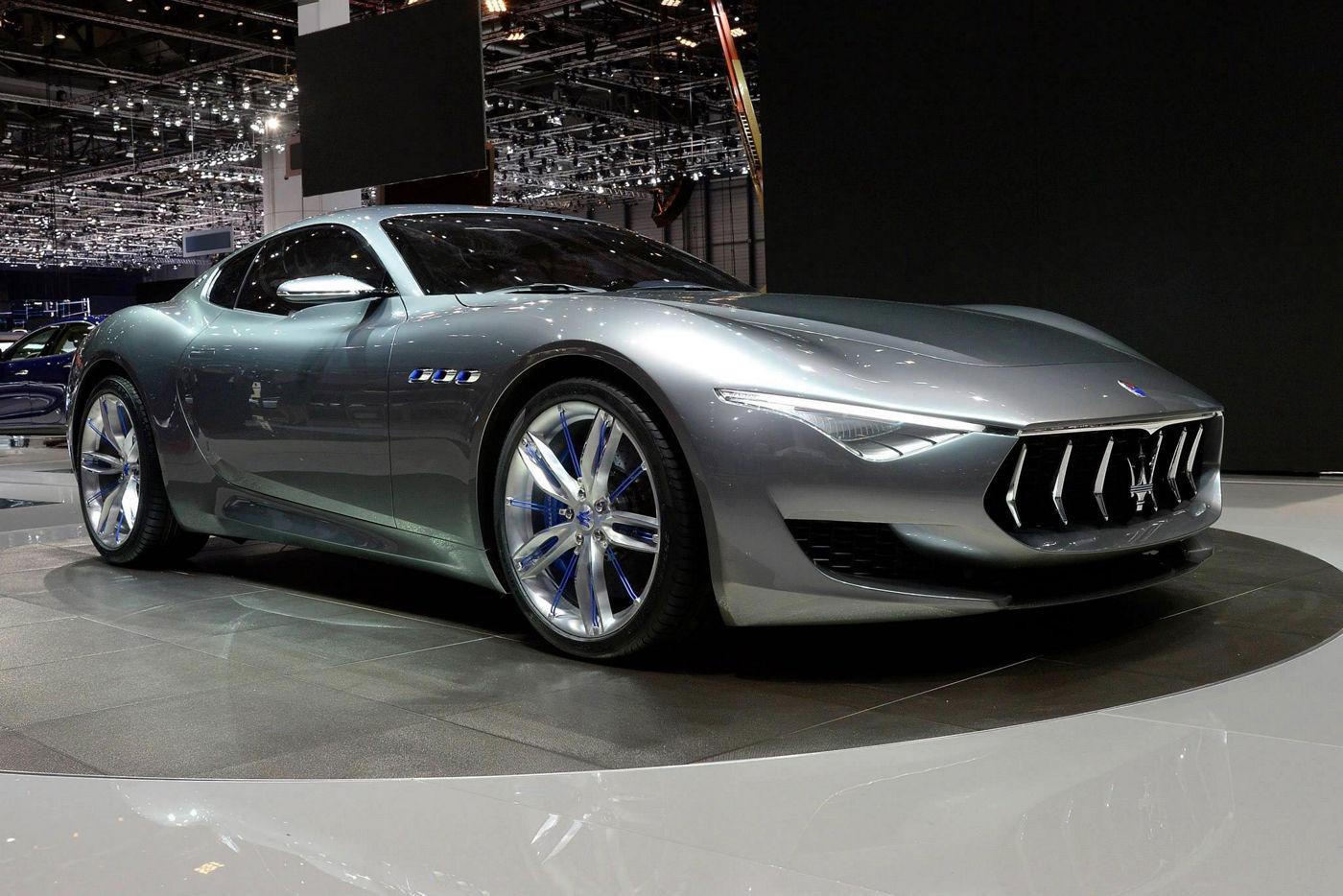 Maserati Alfieri Concept Car in esposizione, vista laterale frontale