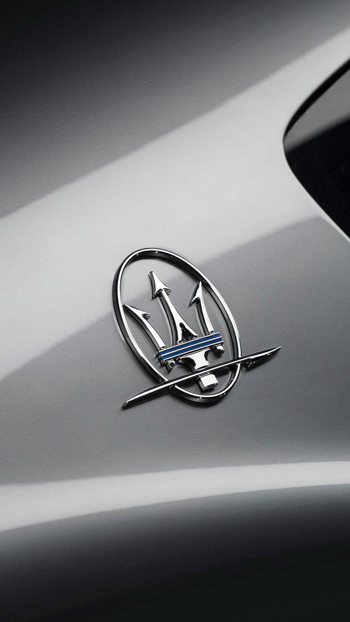 Detailaufnahme von Maseratis Dreizack Logo auf einem silbernen Maserati