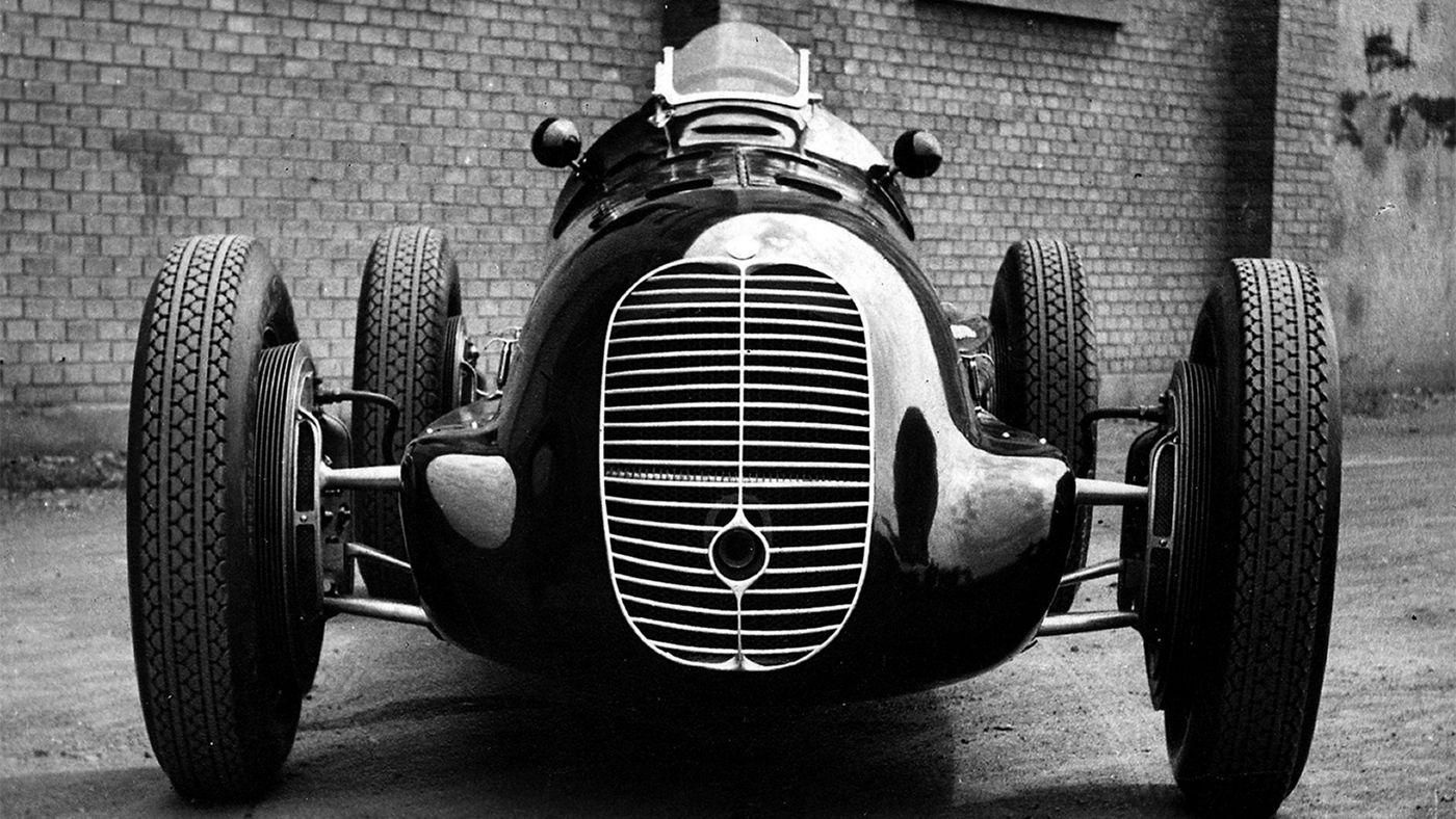 Auto d'epoca da corsa Maserati, bianco e nero