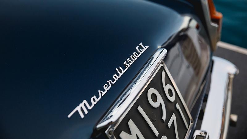 Dettaglio del logo Maserati 3500 GT e targa