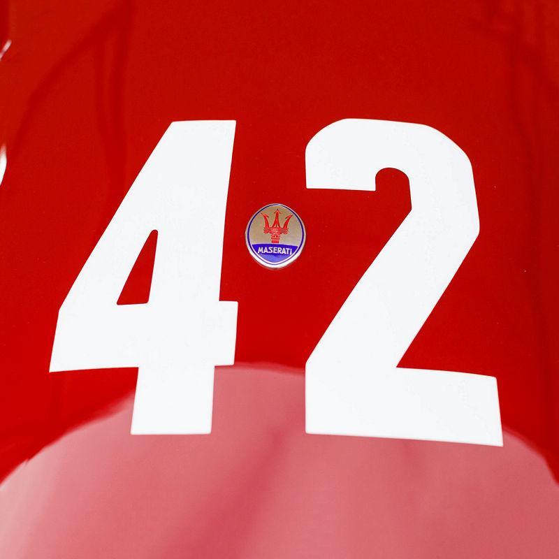 Dettaglio della carrozzeria di un'auto Maserati con logo Maserati e numero 42