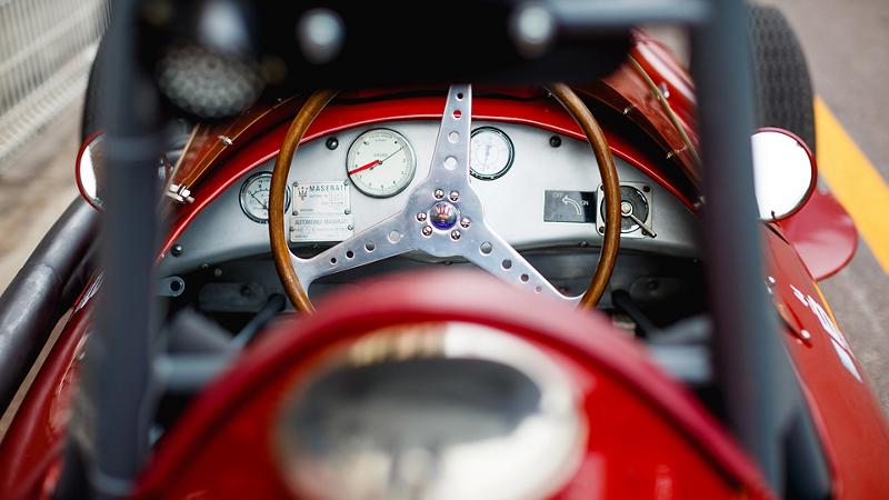 Nahaufnahme eines Maserati Oldtimers von der Perspektive des Fahrers