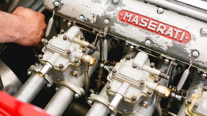 Dettaglio di motore Maserati di un'auto d'epoca