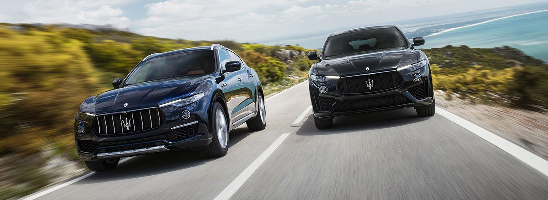 Maserati Levante nei colori Blu Passione e Nero, in corsa su strada panoramica