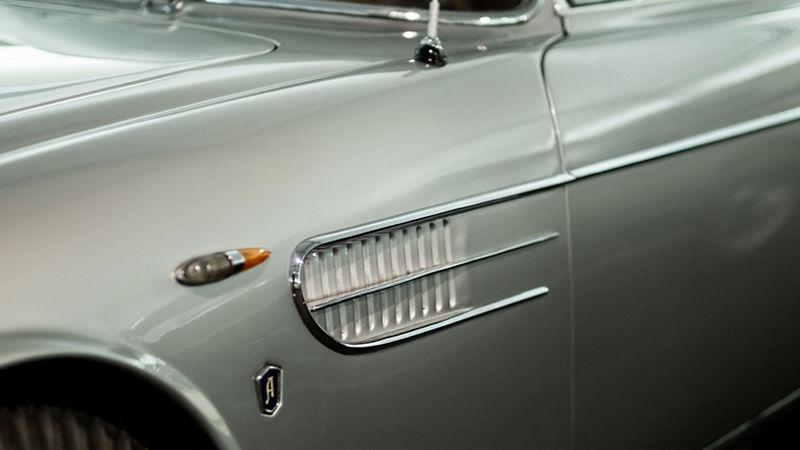 Dettaglio di parte anteriore sinistra di un'auto d'epoca Maserati