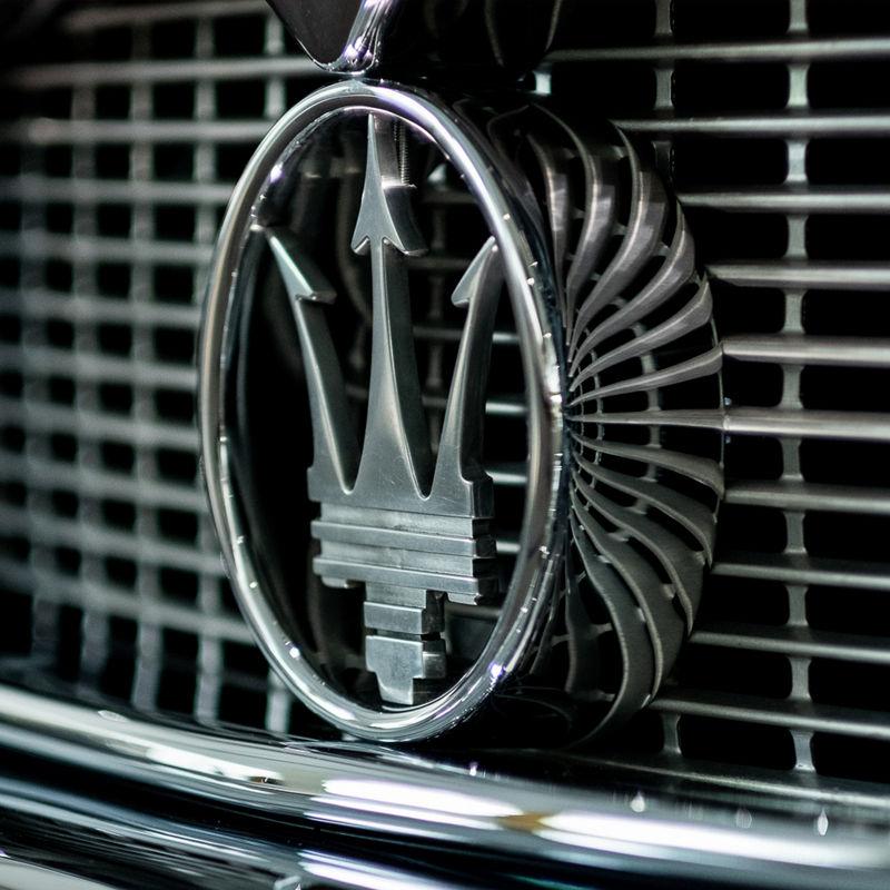 Dettaglio del logo del Tridente Maserati sulla griglia dell'auto