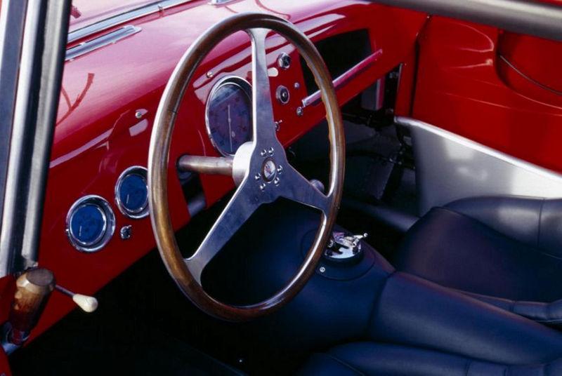 Innenansicht eines Maserati A6GCS Berlinetta, Fokus auf das Lenkrad
