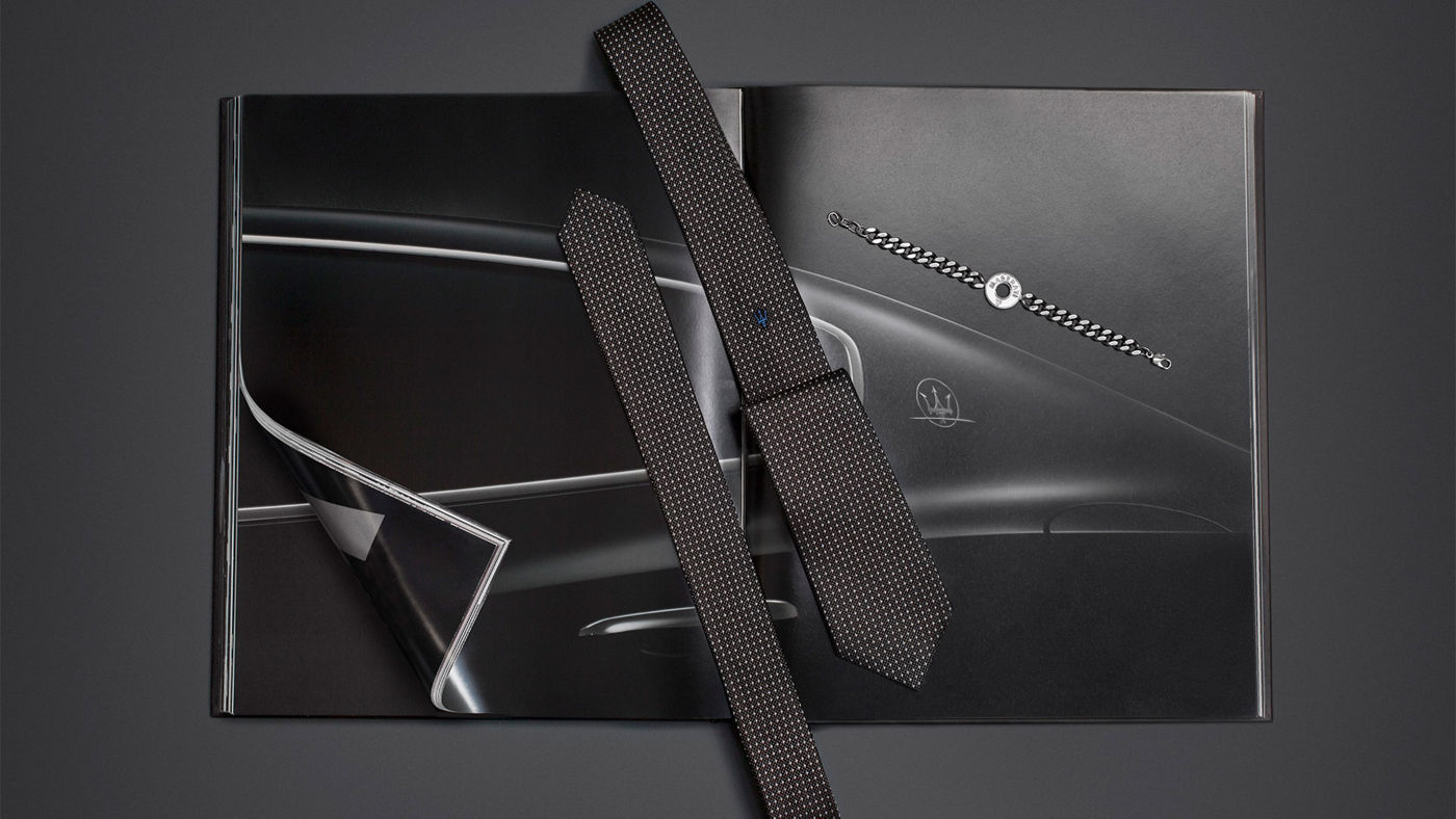 Maserati Style Collection: Cravatta Nera a pois in seta (linea Contemporary), bracciale in ottone (linea Essential)
