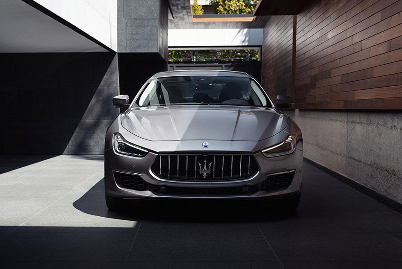 Maserati Ghibli colore Grigio visione frontale