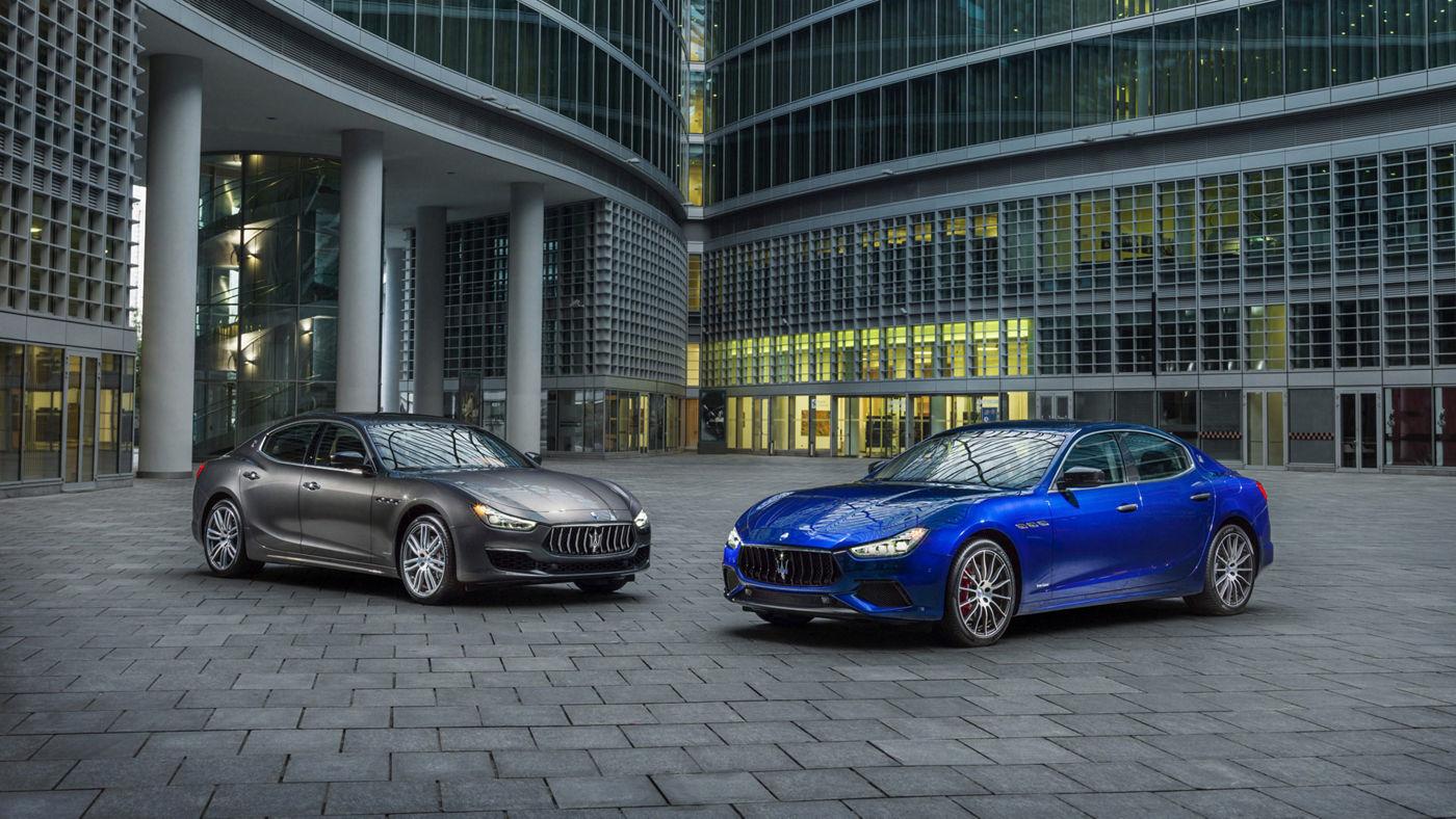 Maserati Ghibli - carrosserie bleue et carrosserie grise - vue frontale paysage urbain