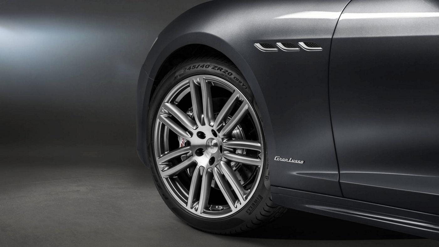 Maserati Quattroporte GranLusso 2018 - berline luxe - carrosserie noire - vue latérale avant