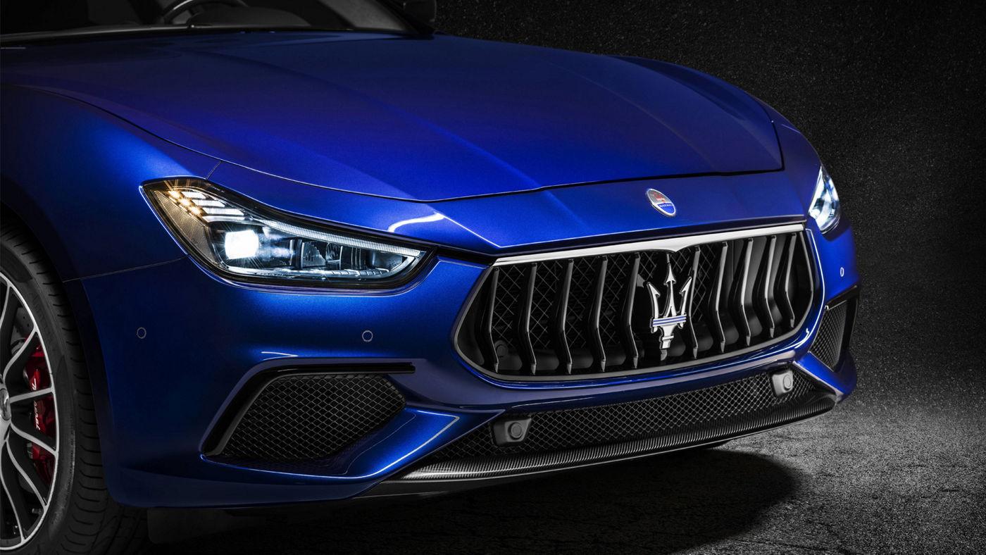 Maserati Quattroporte GranLusso 2018 - berline luxe - carrosserie bleue - vue latérale capot