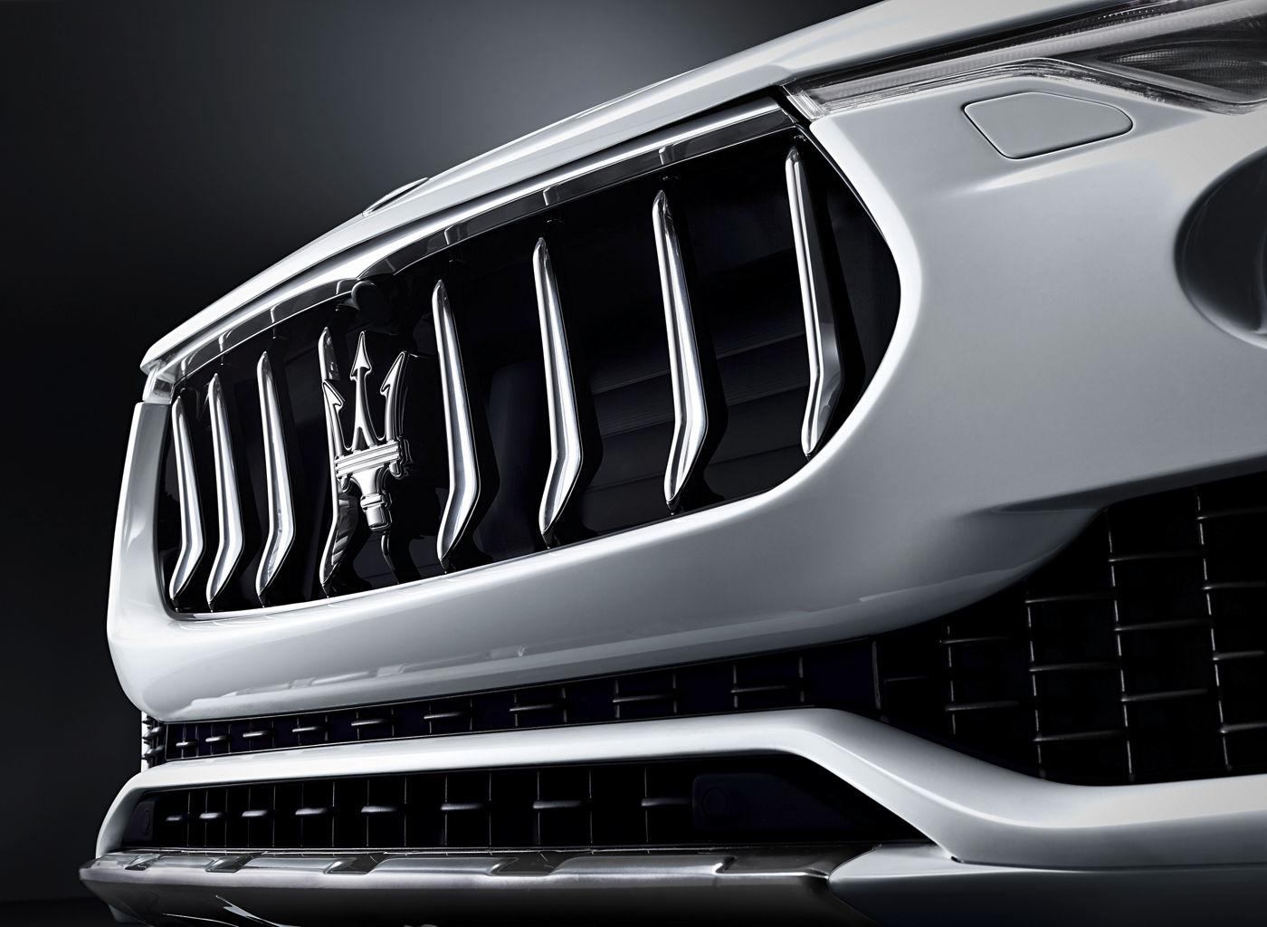 Logo Maserati Levante - SUV - Carrosserie blanche - Vue latérale capot