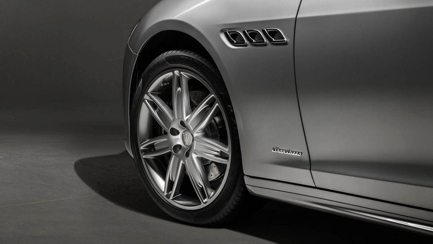 Maserati Quattroporte GranLusso - Side and wheel rim details from a grey version of the luxury saloon