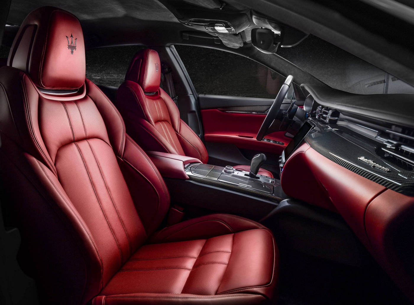 Red and black interiors of a Maserati Quattroporte: details for comfort in the luxury saloon