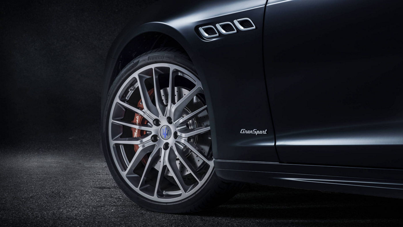 Focus on a Maserati Quattroporte GranSport wheel rim