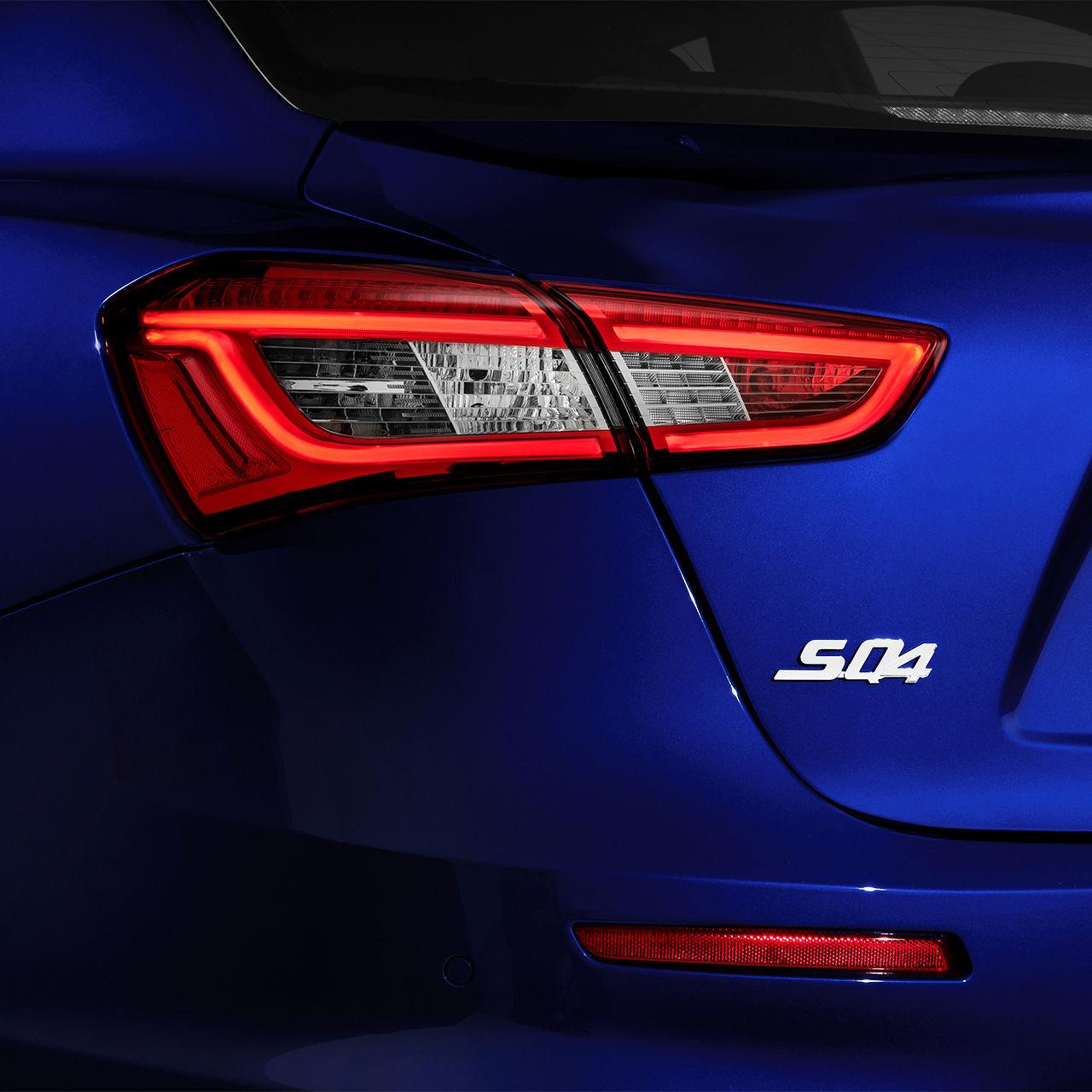 Maserati Ghibli SQ4 Logo - Detailansicht - Blau